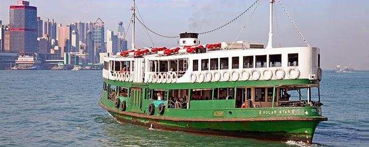На пароме через залив Виктории в Гонконге