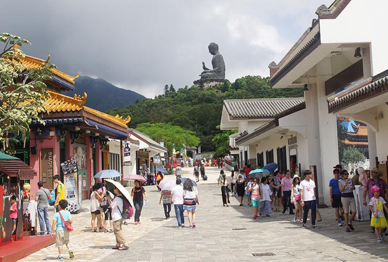 туристы в деревне Нонг Пинг, остров Лантау, Гонконг