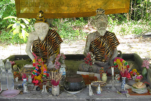 Фигуры монахов около Эмералд Пула