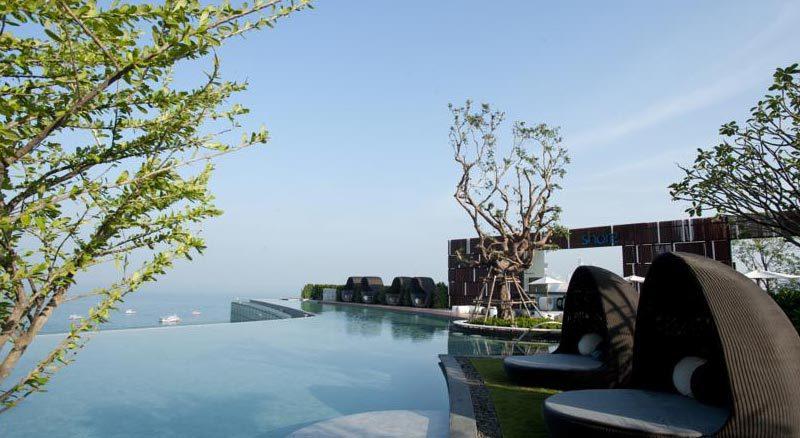 Бассейн с деревьями на крыше отеля Хилтон, Паттайя