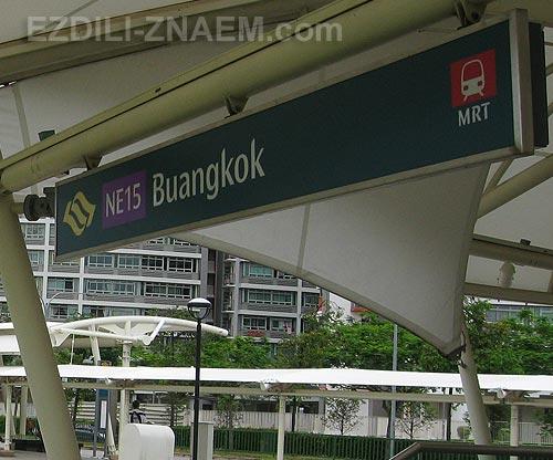 на фото: вход в метро Сингапура