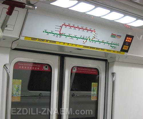На фото: в вагоне метро Сингапура