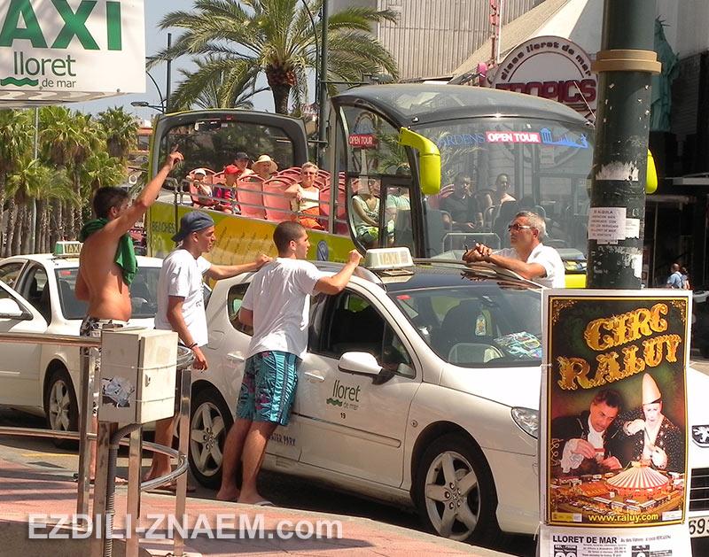 Таксист и туристы на улице в Ллорет де Мар, Испания