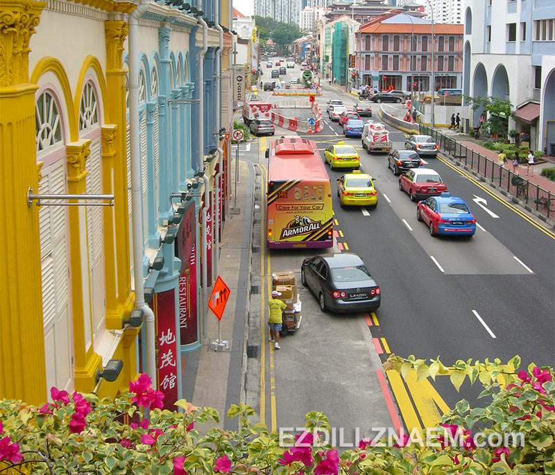 разноцветные дома и автомобили в Чайнатауне Сингапура