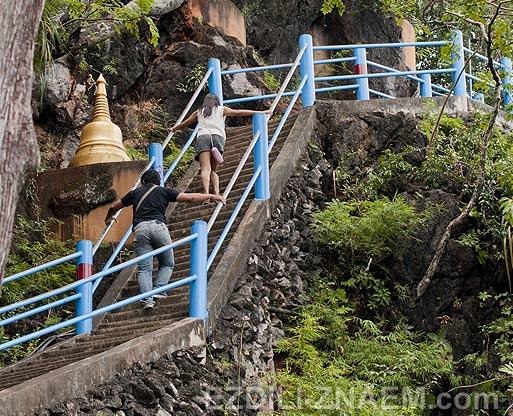 Тайланд. Лестница на гору у Тигровой Пещеры в Краби