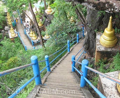 Лестница на гору у Тигровой Пещеры в Краби