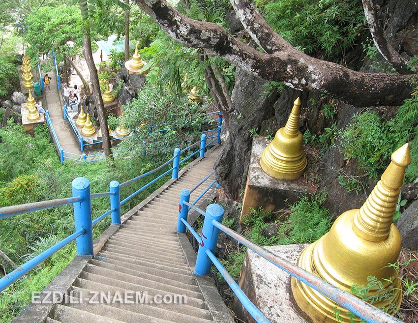На фото: лестница в 1237 ступеней на гору Тигровой Пещеры. Краби