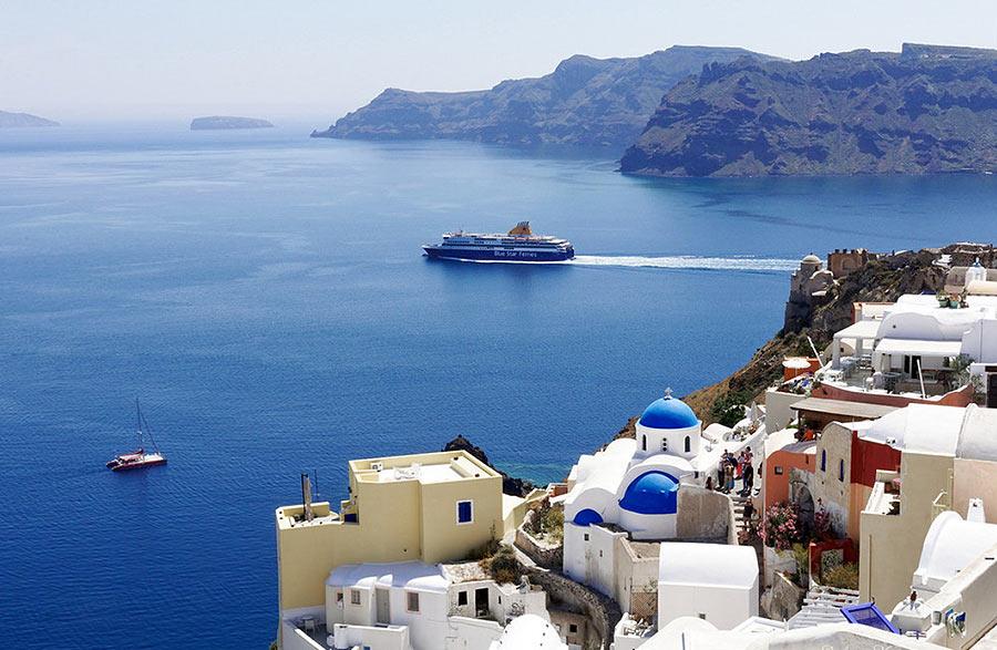 На фото: белоснежные домики острова Санторини украшают панораму