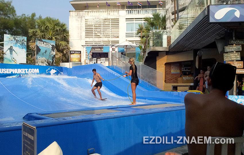 "Бар серфингистов ""Surf House"" популярен среди отдыхающих на пляже Ката"