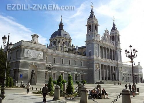 Собор de Almudena - одна из достопримечательностей Мадрида