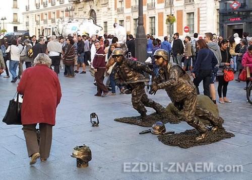 Живые скульптуры на площади Пуэрта дель Соль в Мадриде