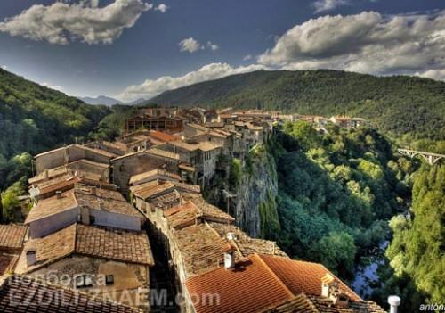 Город на скале: Кастельфольит-де-ла-Рока в Испании
