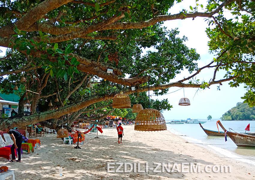 На фото: бары на пляже Nong Thale, Краби