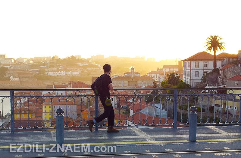 турист гуляет в незнакомом городе
