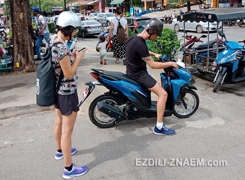 турист пробует мотобайк перед тем как его арендовать