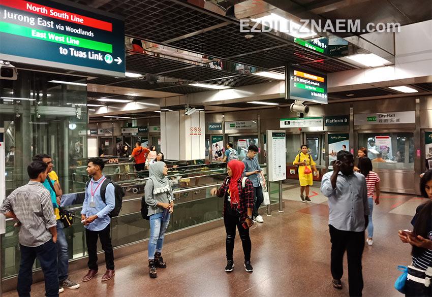 "Станция метро ""City Hall"" в Сингапуре"