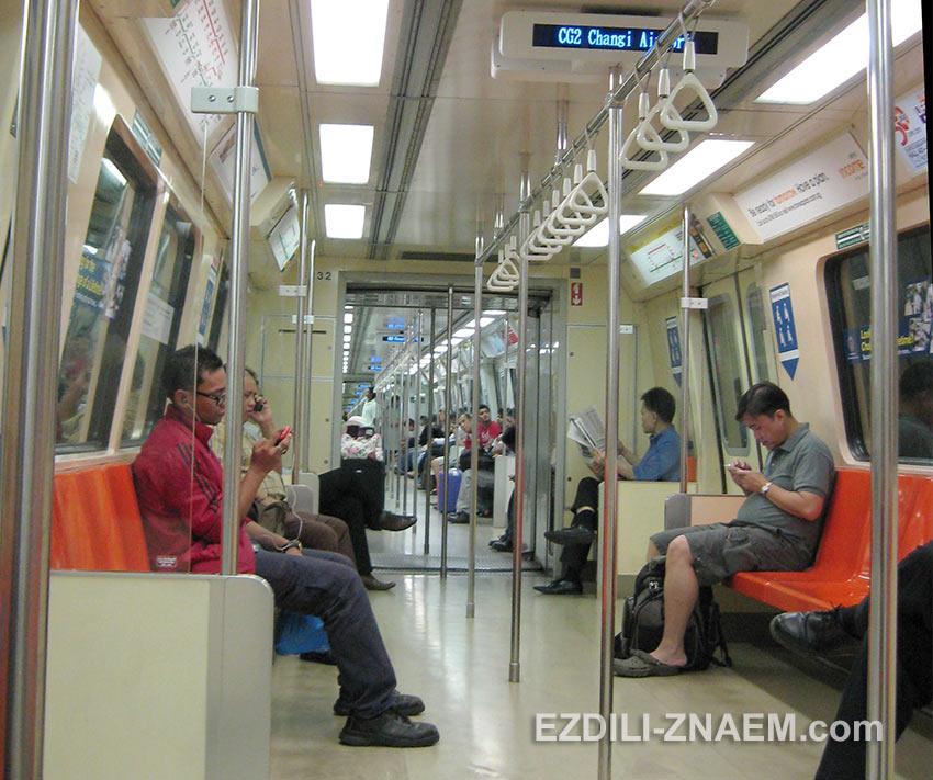 В вагоне сингапурского метро