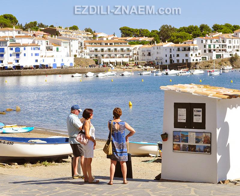 Туристы на набережной в бухте Кадакеса, Испания
