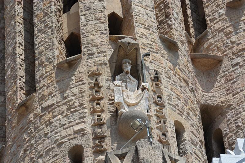 наружний декор на стенах храма Саграда Фамилия в Барселоне