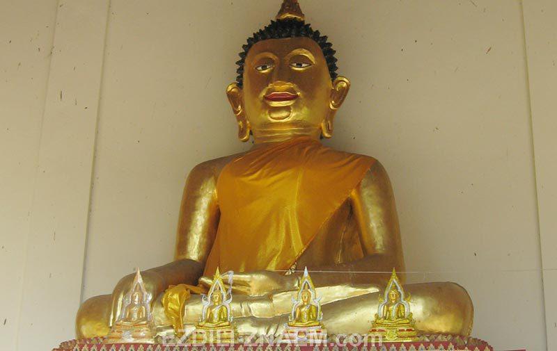 Золотой Будда в храме