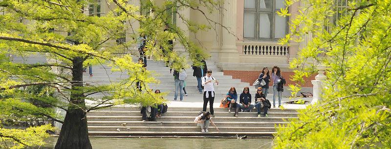 Туристы отдыхают в парке. Мадрид