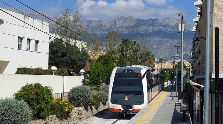Трамвай из Бенидорма проезжает станцию Алтея