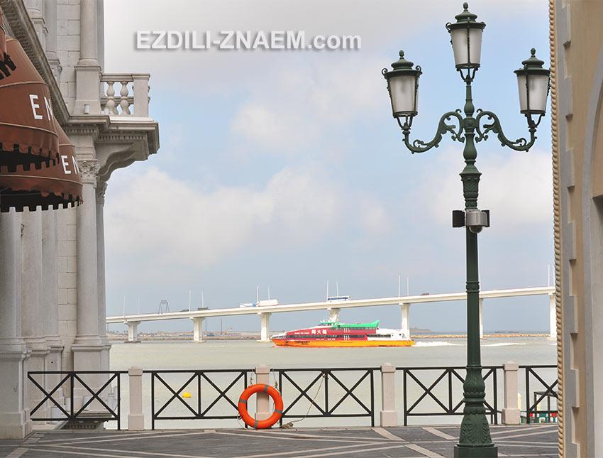 Вид с Рыбацкого Причала на мост между островами Макао и Тайпа