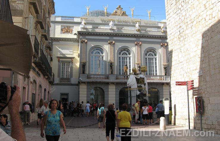 Вход в Театр-музей Сальвадора Дали в Фигейрасе