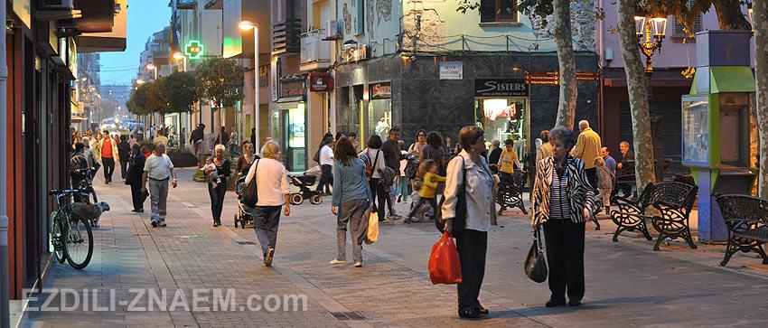 Прохожие разговаривают на улице Малград де Мар