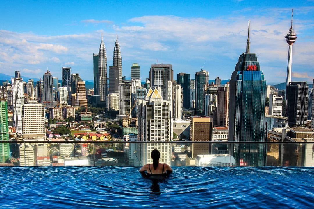 Вид из бассейна в резиденции Regalia Residence, Куала Лумпур