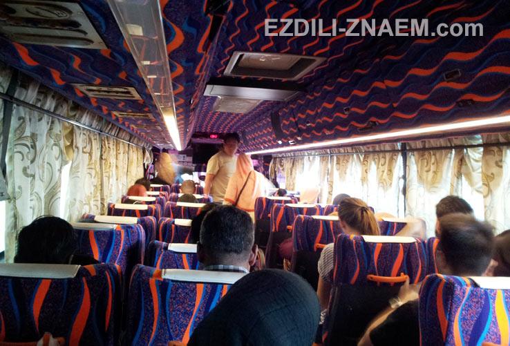 """Автобус из Куала Лумпура в Малакку. На фото: едем в Мелаку на автобусе компании """"Melor"""""""