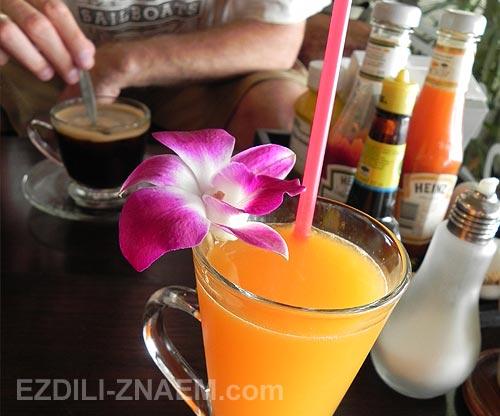 Бокал апельсинового сока в кафе в старом Чиангмае