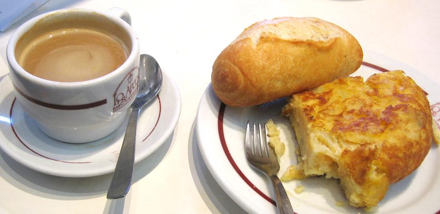 Чашка кофе и tortilla de patatas в Испании
