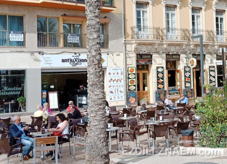На фото: модные кафешки на набережной