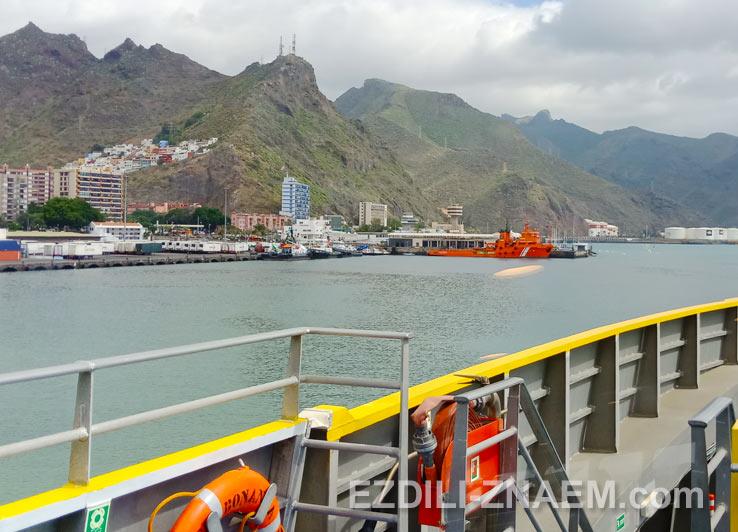 Паром покидает порт Санта-Круз-де-Тенерифе