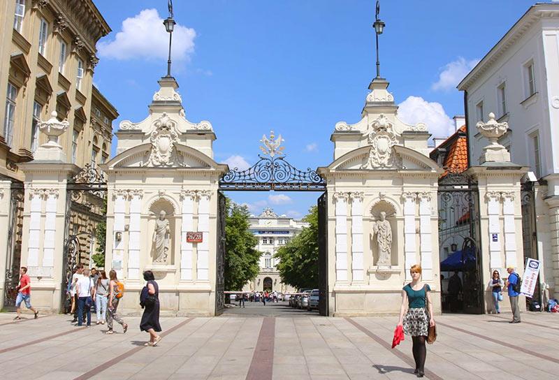 ворота на входе Варшавского Университета