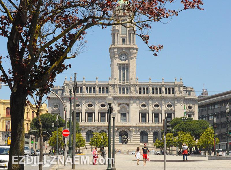 Здание ратуши на бульваре Алиадос в Порто