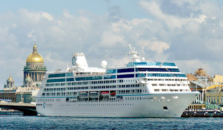 Летом на набережной Невы можно посмотреть большие корабли