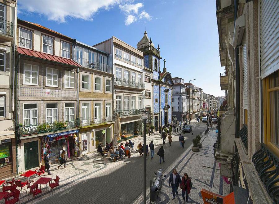 На фото пешеходная улица Санта-Катарина в Порту