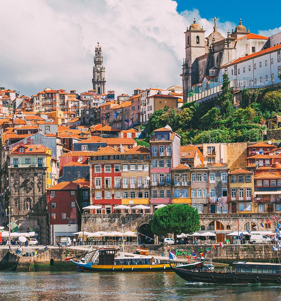 На фото: вид с реки на район Рибейра в Порту