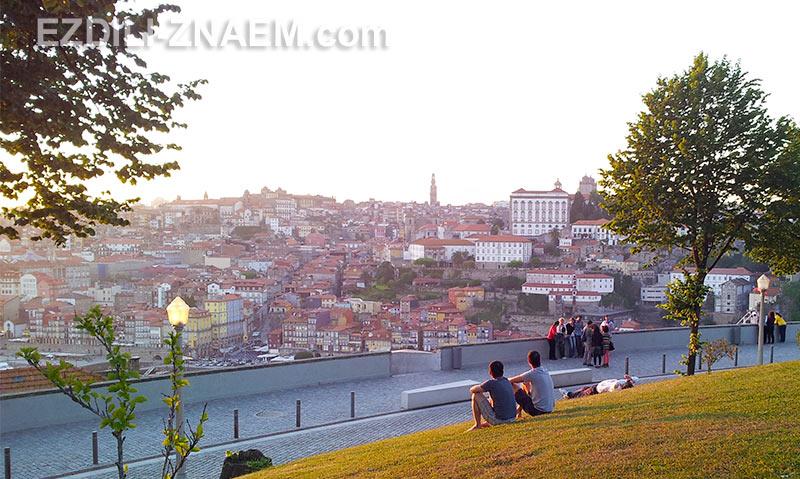 туристы встречают закат в Порто