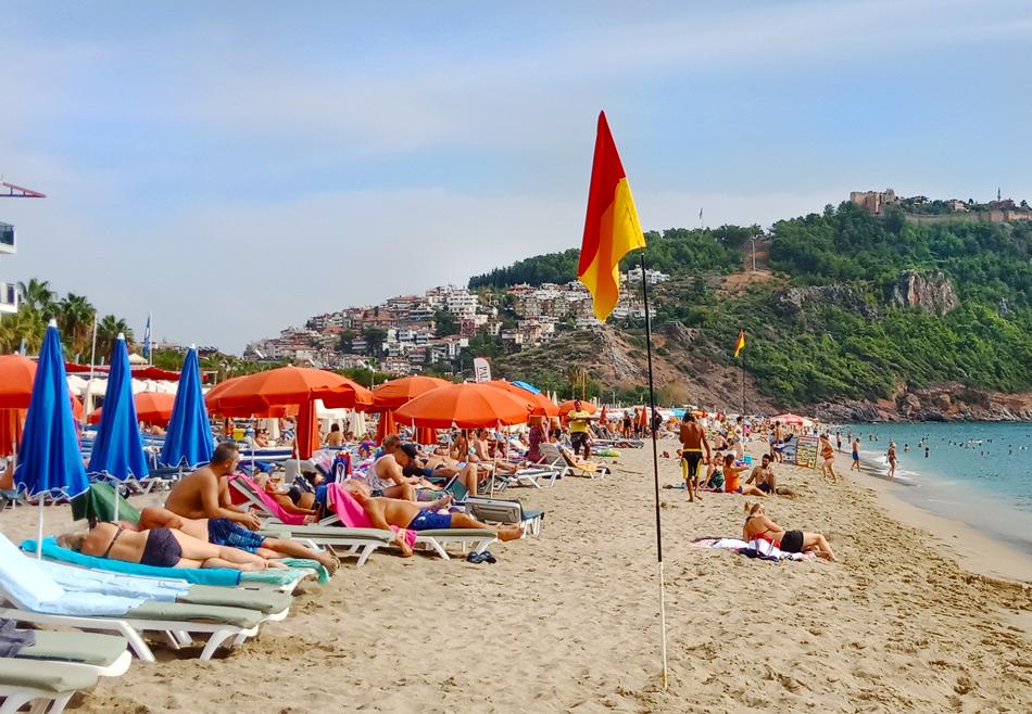 На фото: пляж Клеопатра в Алании