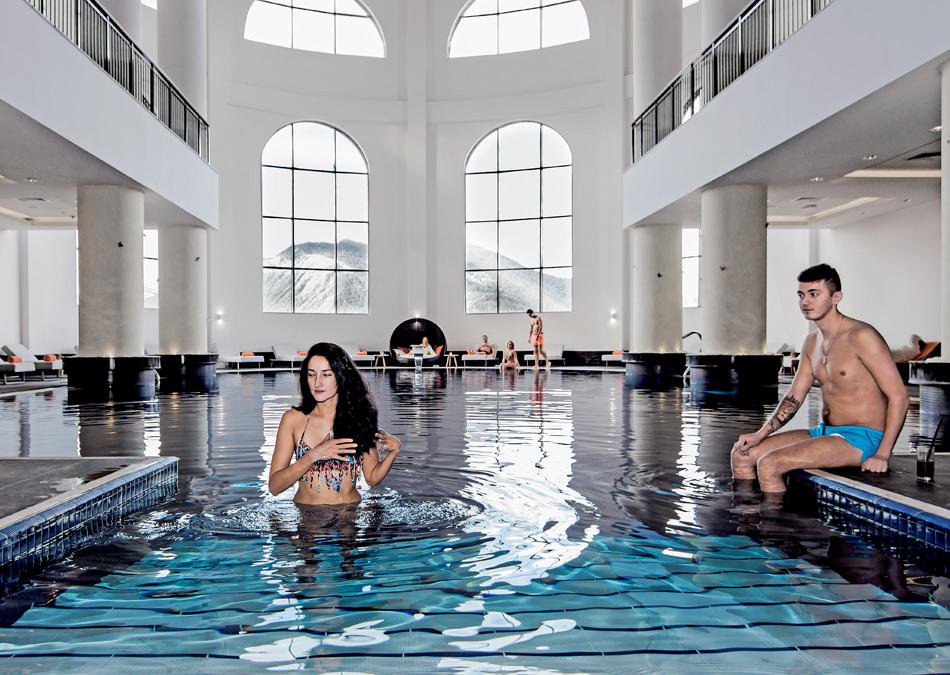 Бассейн с подогревом в Красной Поляне, отель Rixos