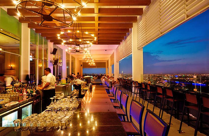 Бар на крыше отеля Hatten в Малакке