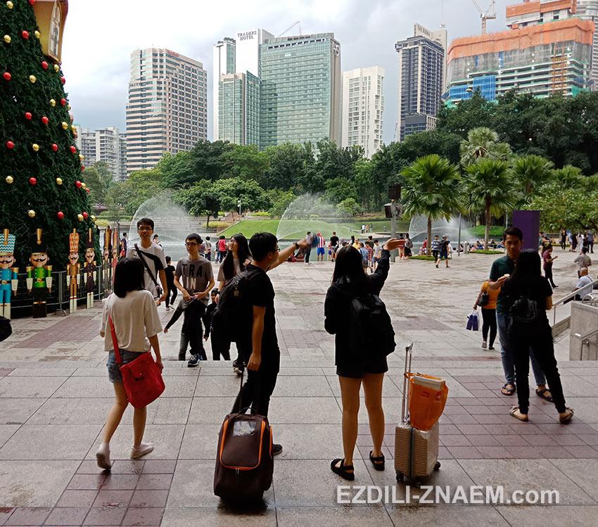 """Туристы смотрят на отель """"Traders"""" в Куала-Лумпуре"""