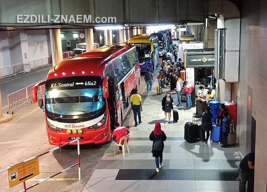 Чтобы добраться из Куала-Лумпура до аэропорта ищите автобус KL Sentral - KLIA2