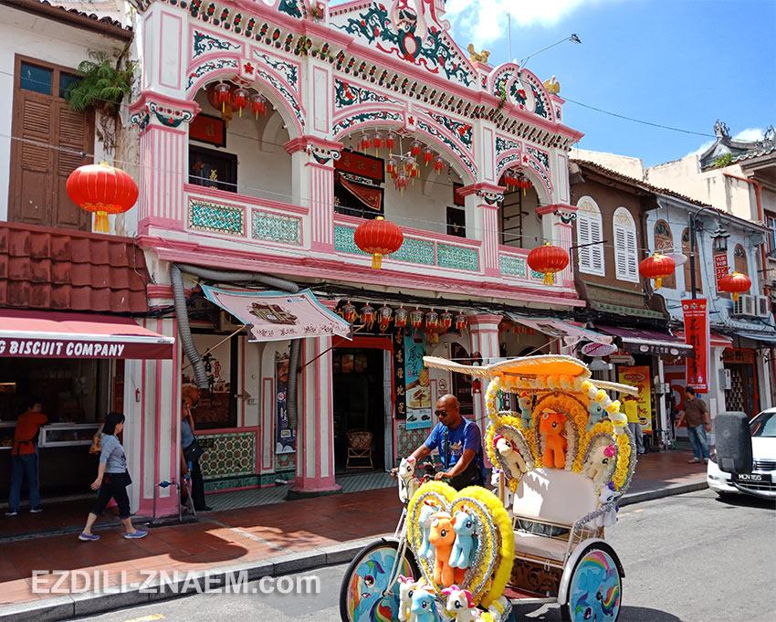 Колоритная улица Джонкер-стрит в старой Мелаке