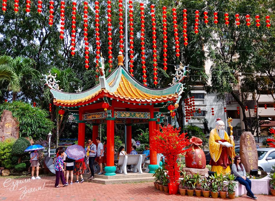 Перед храмом Тянь Хоу фигура Юэ Лао (Yue Lao) – бога любви и брака