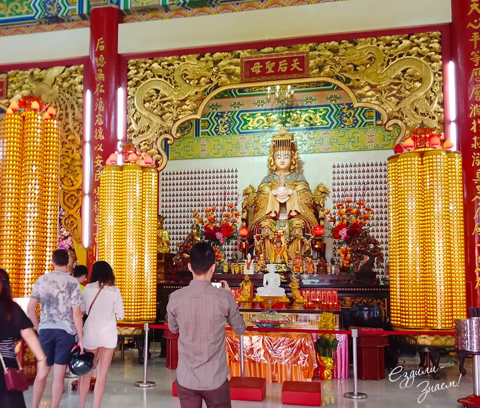 Богиня Тянь Хоу (Thean Hou), которой посвящен храм.