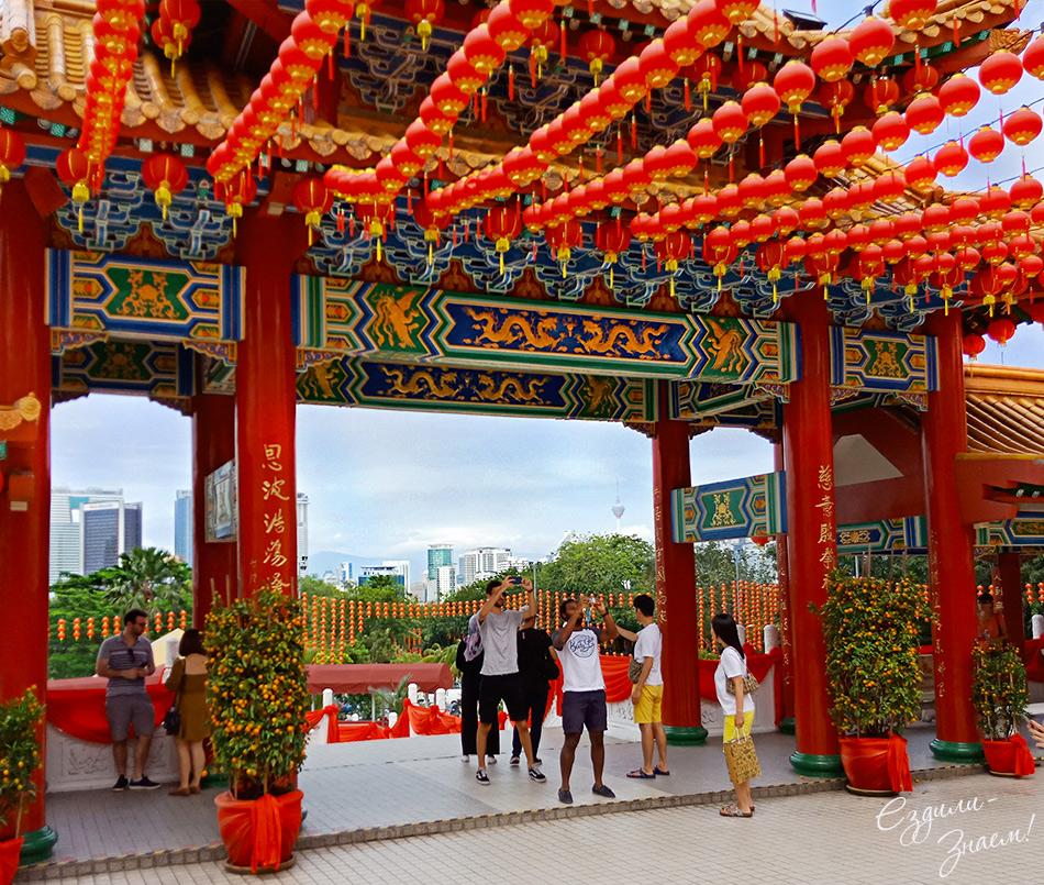Туристы фотографируют храм